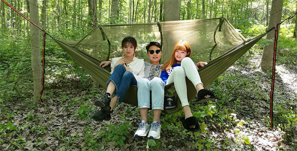 3 People Sitting in Green Heavy-Duty Outdoor Hammock with Mosquito Net